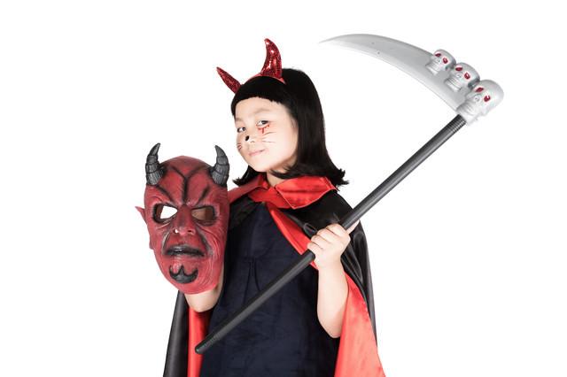 ハロウィンにじっちゃんのマスクを持ち出す小悪魔ちゃんの写真
