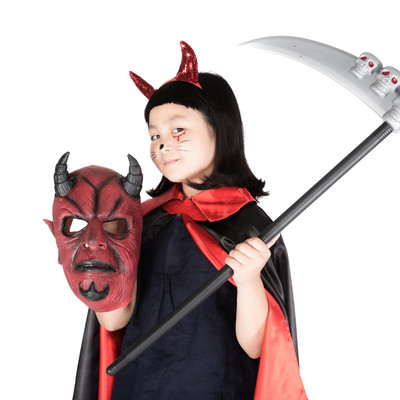 「ハロウィンにじっちゃんのマスクを持ち出す小悪魔ちゃん」の写真素材
