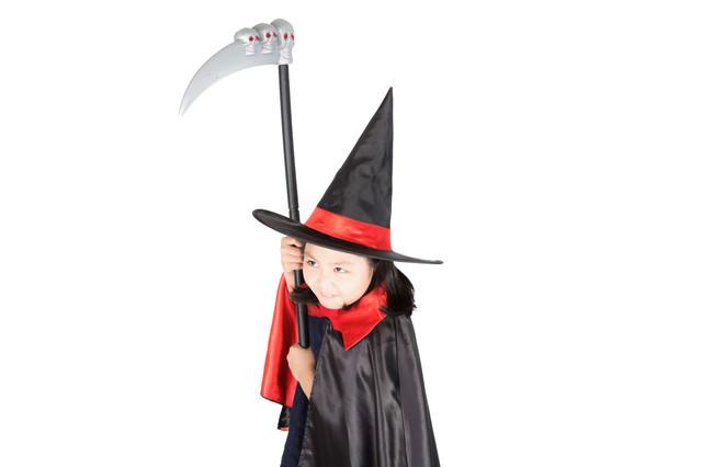 死神の鎌を振り回すとんがり帽子の少女の写真