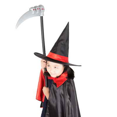 「死神の鎌を振り回すとんがり帽子の少女」の写真素材