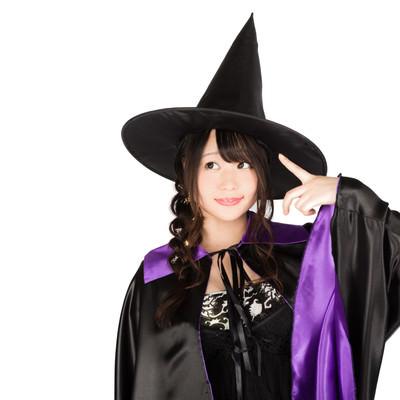 「とんがり帽子の黒魔道士(美女)」の写真素材