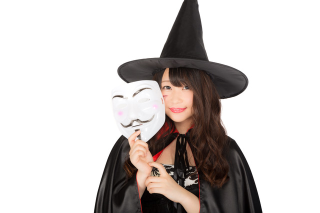 ハロウィンの仮装イベントに匿名で参加した魔女の写真