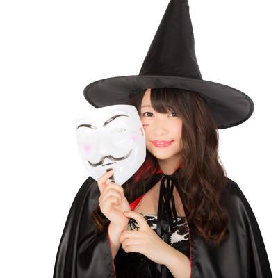 「ハロウィンの仮装イベントに匿名で参加した魔女」の写真素材
