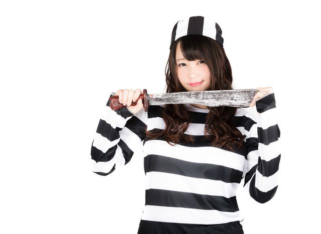 凶器を持った囚人美女(ハロウィン仮装)の写真