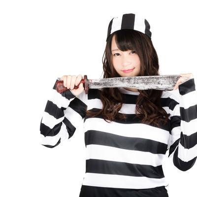 「凶器を持った囚人美女(ハロウィン仮装)」の写真素材