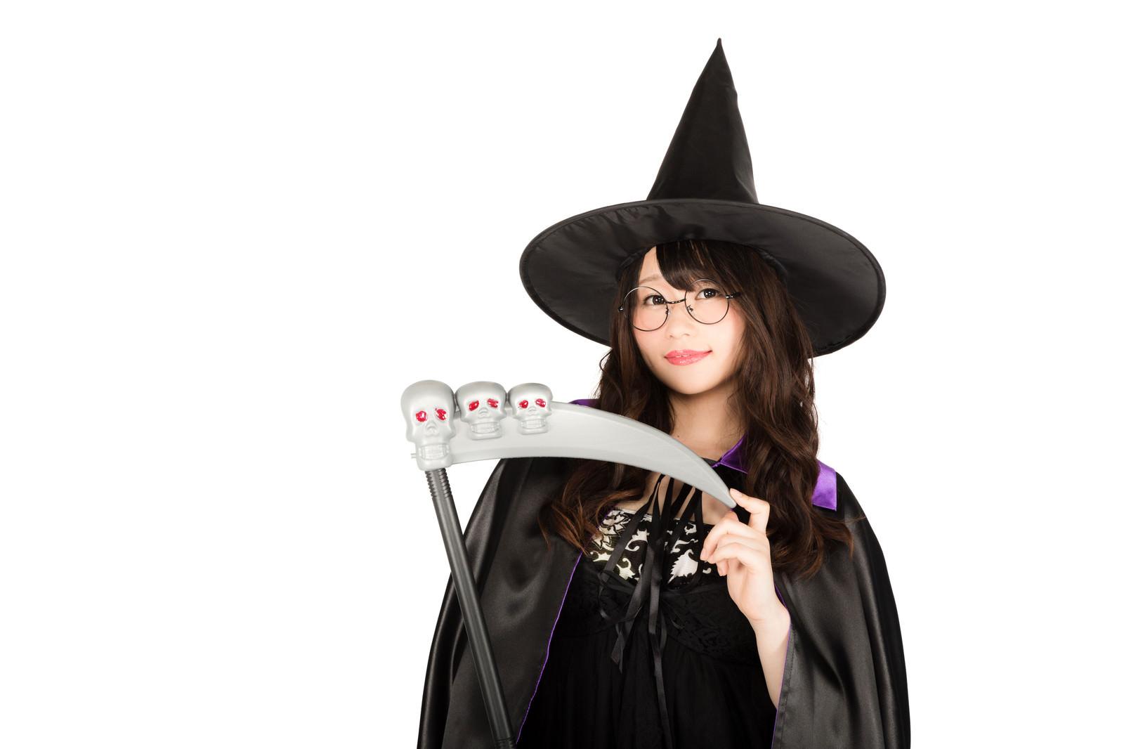 「死神の鎌とトンガリ帽子の魔女っ子」の写真[モデル:茜さや]