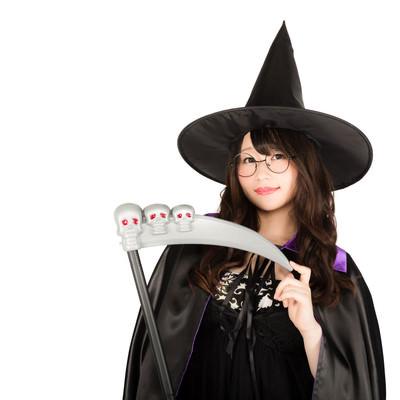 「死神の鎌とトンガリ帽子の魔女っ子」の写真素材