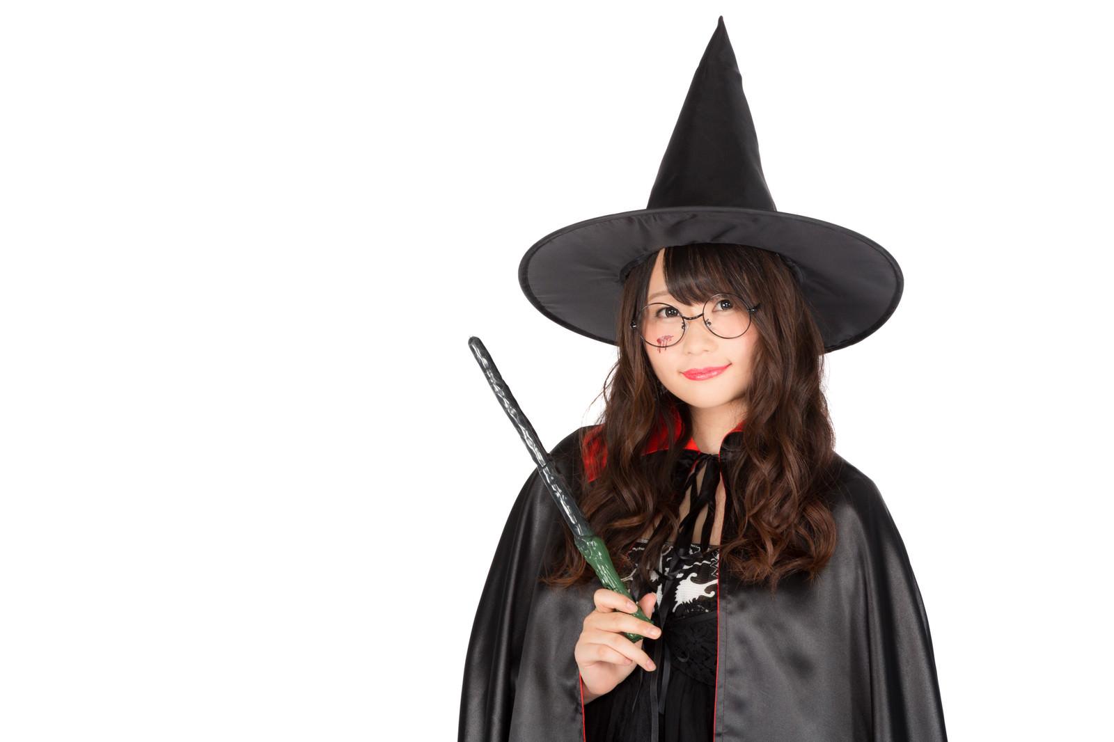 「「ハロウィンは祝日になぁーれ」と魔法をかける魔道士さん」の写真[モデル:茜さや]