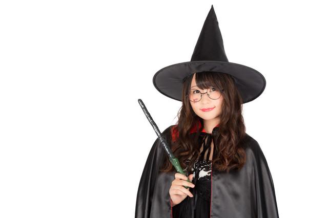 「ハロウィンは祝日になぁーれ」と魔法をかける魔道士さんの写真