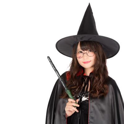 「「ハロウィンは祝日になぁーれ」と魔法をかける魔道士さん」の写真素材