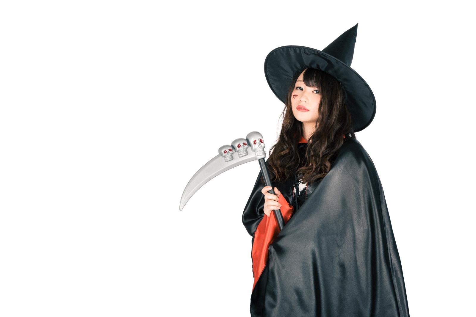 「鎌を隠し持った美女魔法使い(ハロウィン)鎌を隠し持った美女魔法使い(ハロウィン)」[モデル:茜さや]のフリー写真素材を拡大