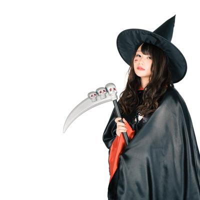 「鎌を隠し持った美女魔法使い(ハロウィン)」の写真素材