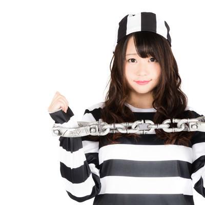「美女に囚人服を着せて鎖で拘束しました」の写真素材