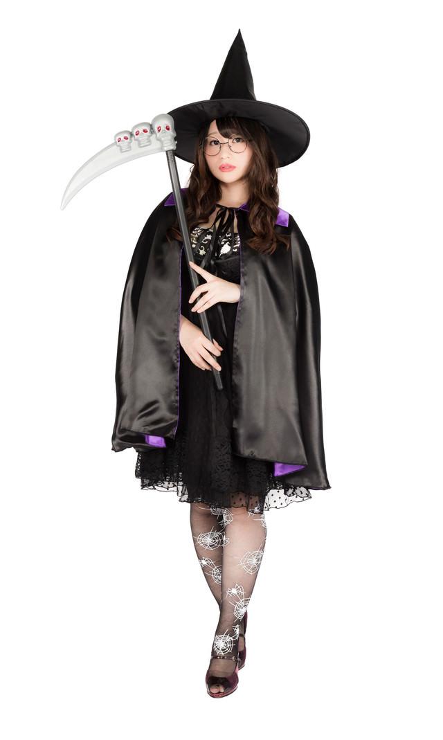 ハロウィンにヴィレヴァンで揃えた魔法使いグッズを着こなすグラビアアイドル(女性用)の写真