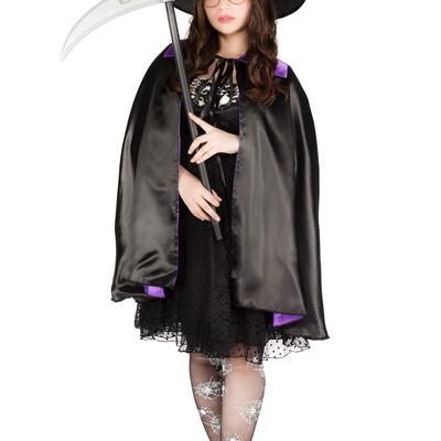 「ハロウィンにヴィレヴァンで揃えた魔法使いグッズを着こなすグラビアアイドル(女性用)」の写真素材