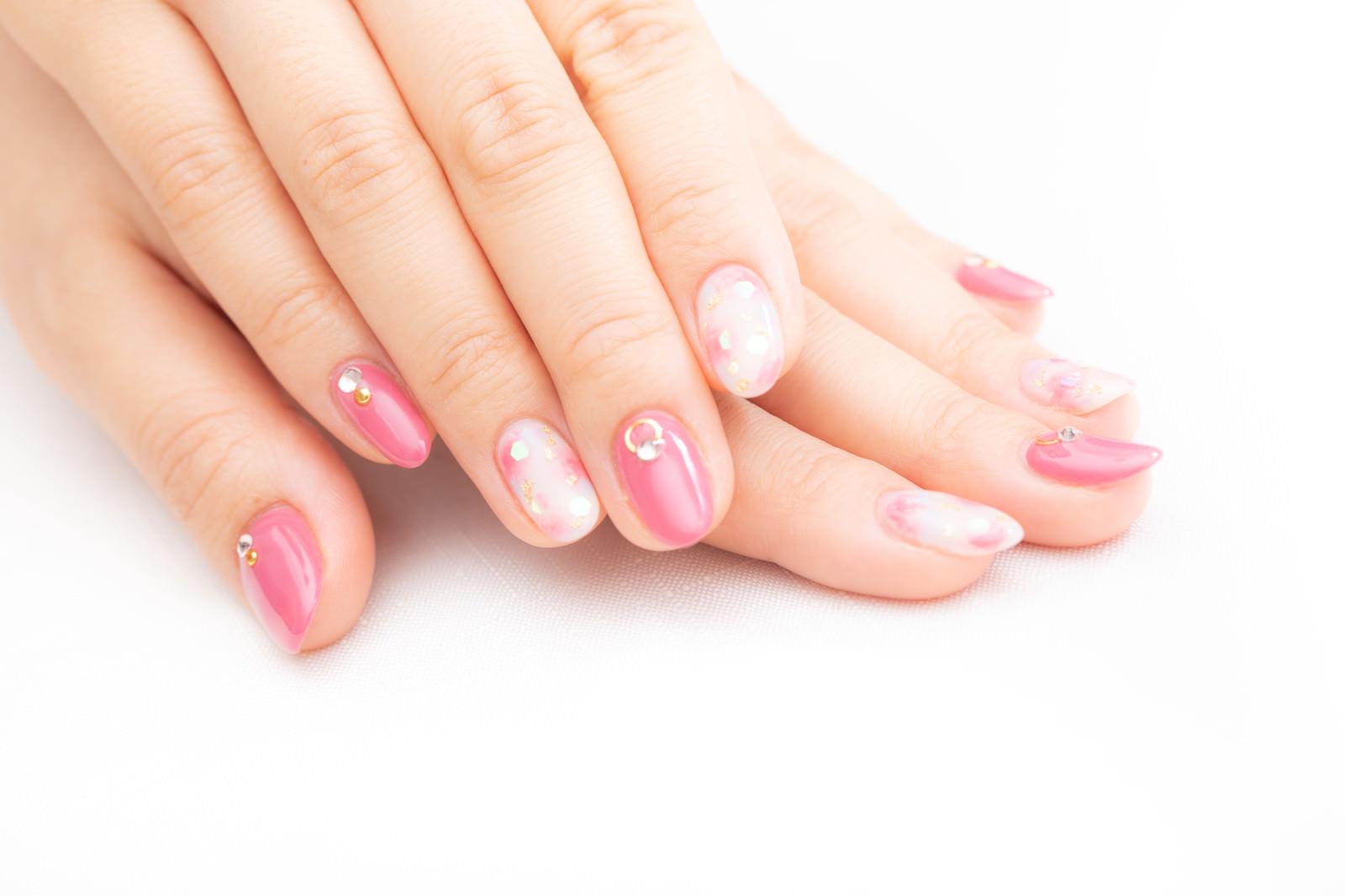 「ピンク色のネイルアート」の写真