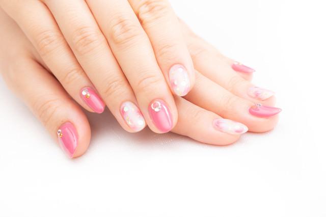 ピンク色のネイルアートの写真