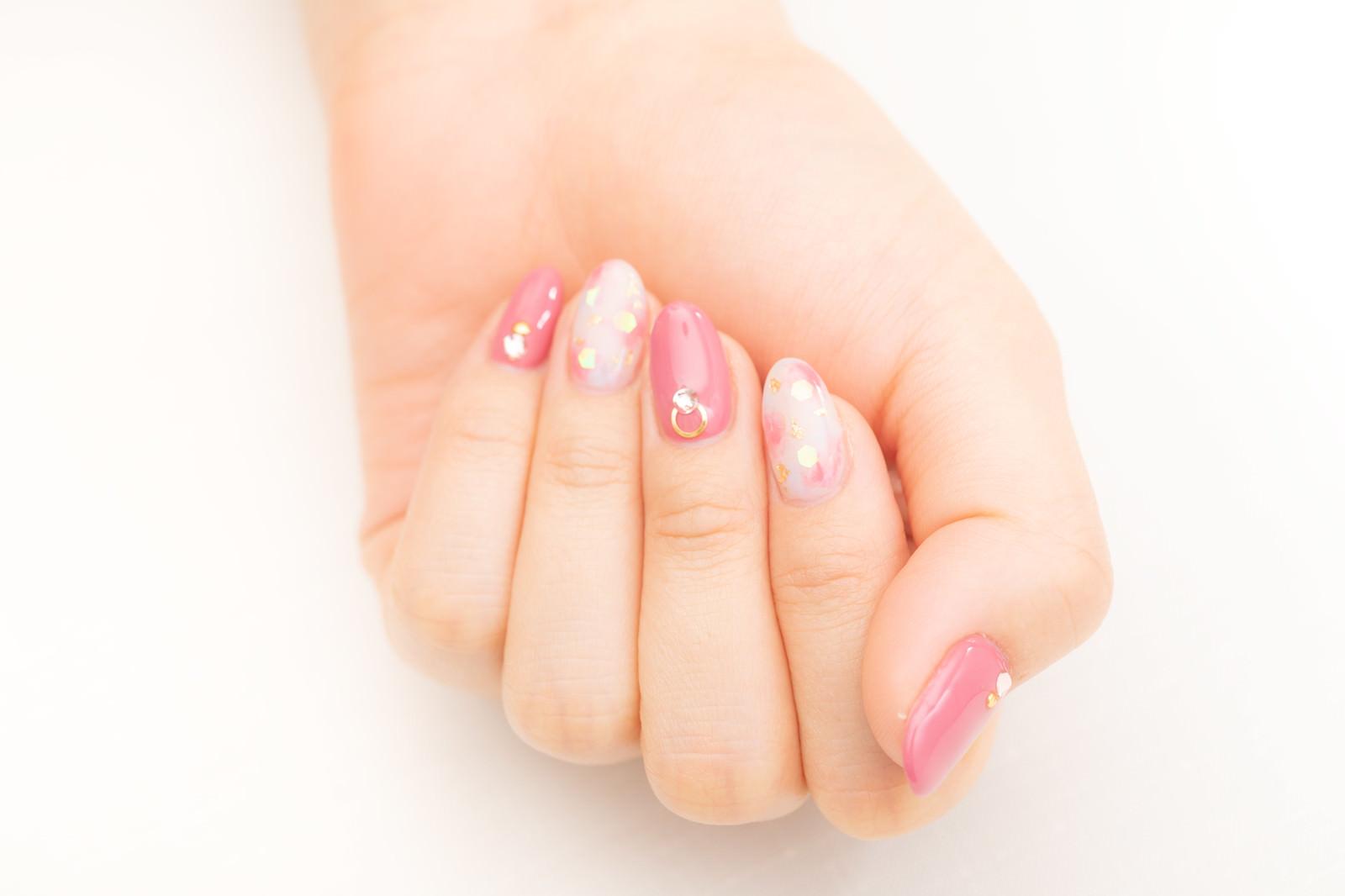 「ピンクのネイルデザイン」の写真