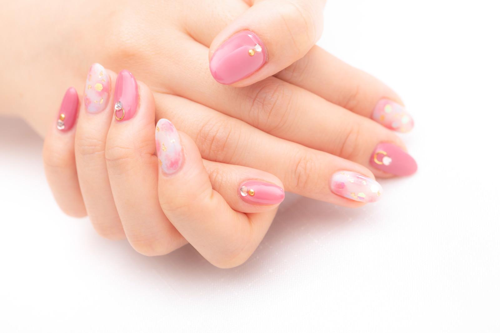 「キュートなピンク色のキラキラネイル」の写真