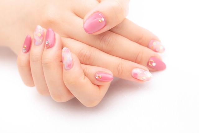 キュートなピンク色のキラキラネイルの写真