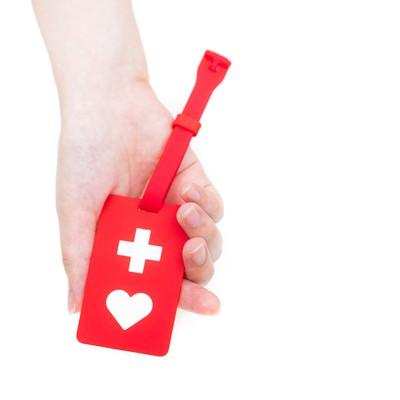 「赤いヘルプマークを持った手」の写真素材