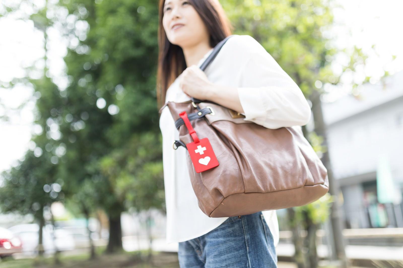 「ヘルプマークをバッグに取り付けた女性」の写真[モデル:土本寛子]