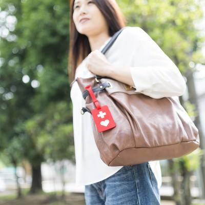 「ヘルプマークをバッグに取り付けた女性」の写真素材