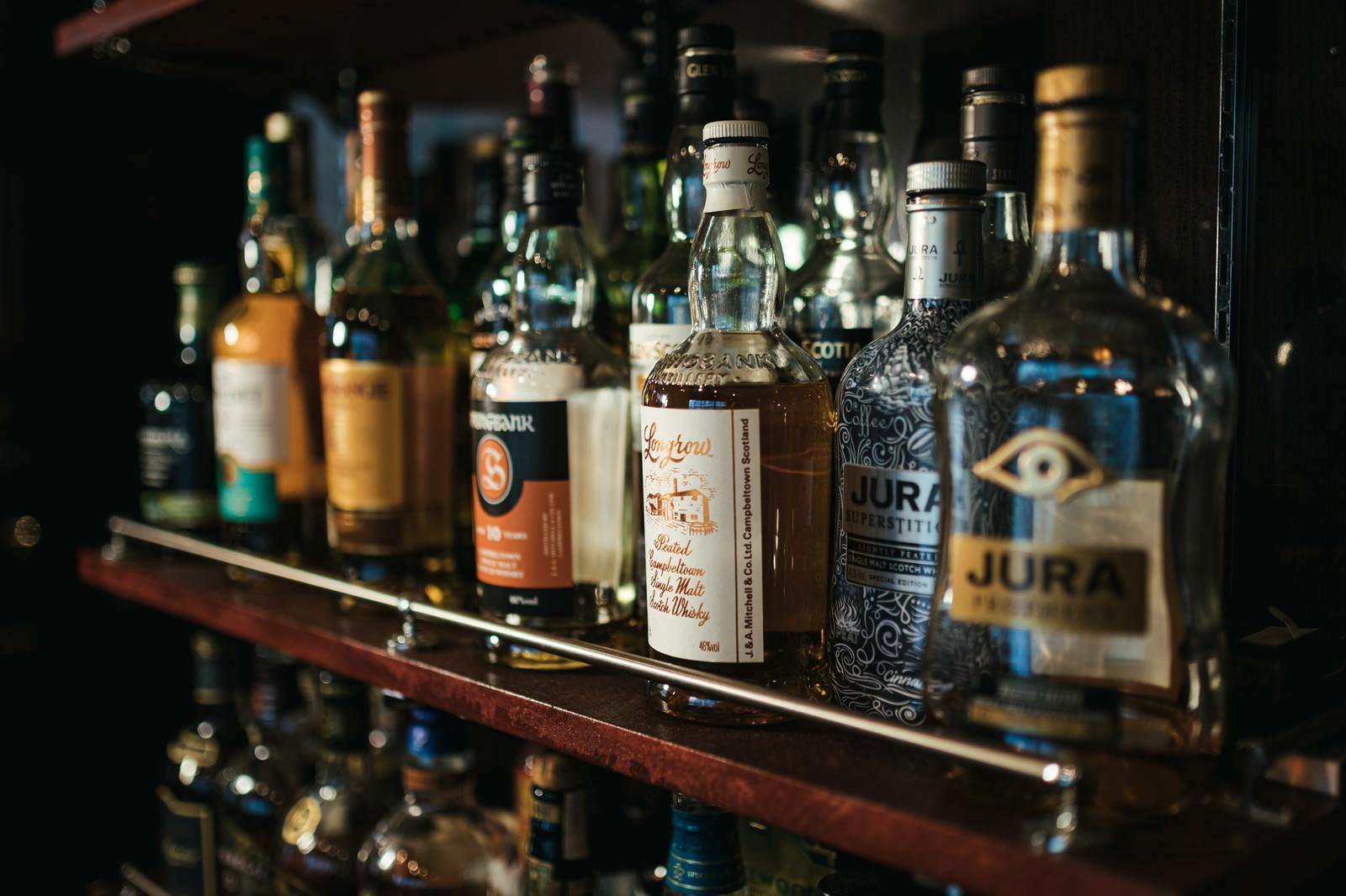 「バー店内の酒棚に並んだウイスキー」の写真