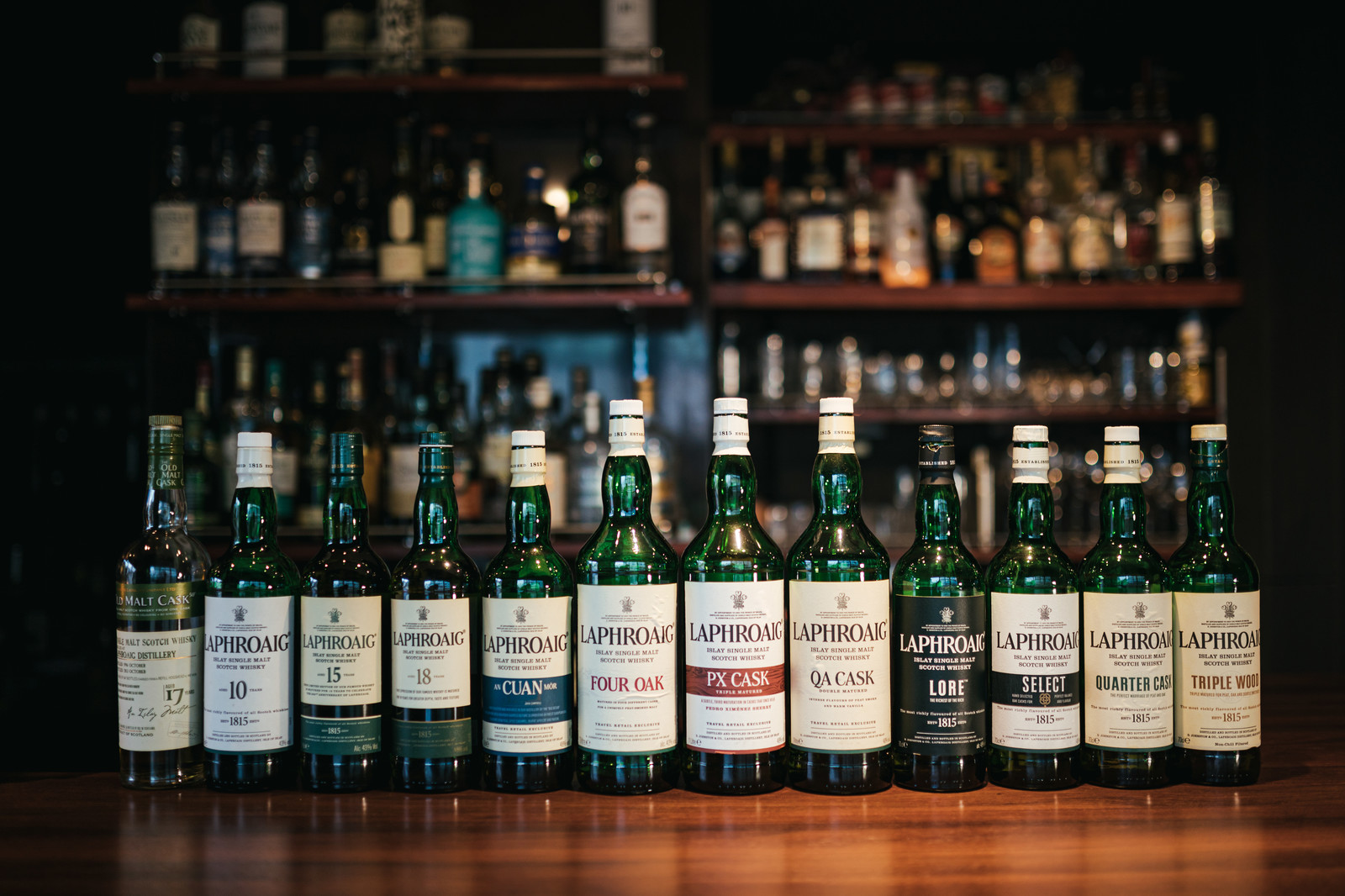 「シングルモルトウイスキー、ラフロイグの勢ぞろいの様子」の写真