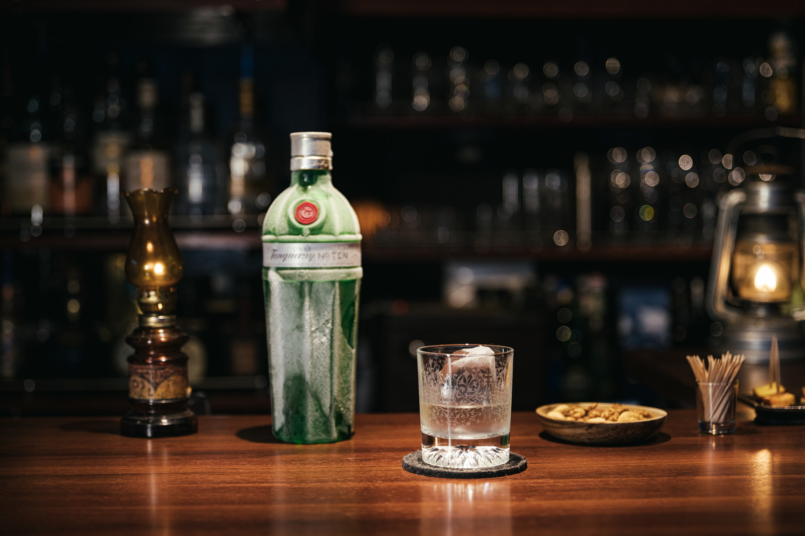 「キンキンに冷えたタンカレー No.10 LONDON DRY GINと雰囲気のあるバーカウンター」の写真