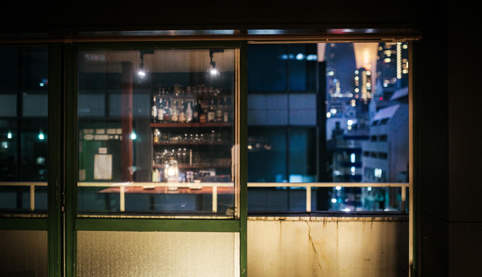 「オフィス街の夜景とベランダの様子」の写真