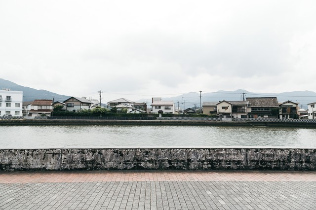 伊万里川と対岸の住宅街の写真