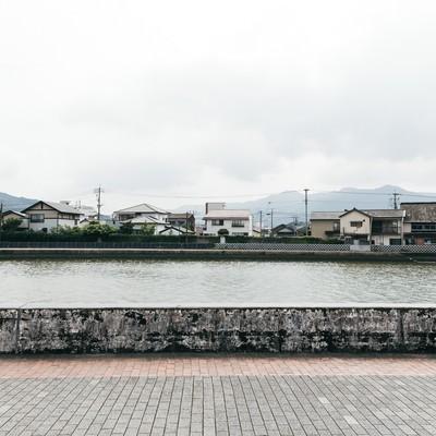 「伊万里川と対岸の住宅街」の写真素材