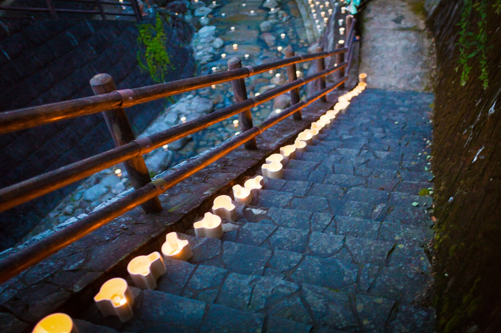 「階段に置かれた灯ろう階段に置かれた灯ろう」のフリー写真素材を拡大