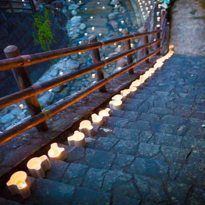 「階段に置かれた灯ろう」の写真素材