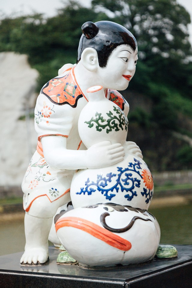ひょうたんを持った伊万里色絵瓢箪鯰唐子像(伊万里焼)の写真