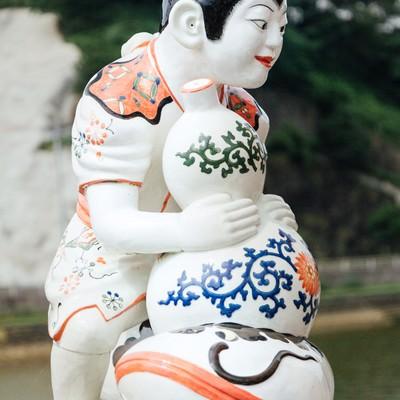 「ひょうたんを持った伊万里色絵瓢箪鯰唐子像(伊万里焼)」の写真素材