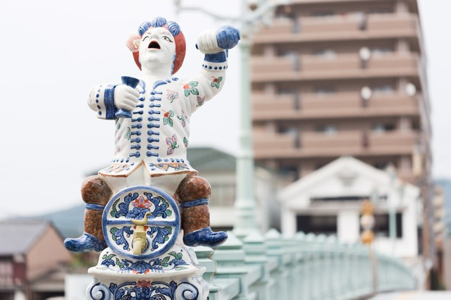 酒樽にまたがる伊万里色絵酒樽乗人物型注器像の写真