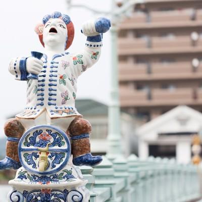 「酒樽にまたがる伊万里色絵酒樽乗人物型注器像」の写真素材