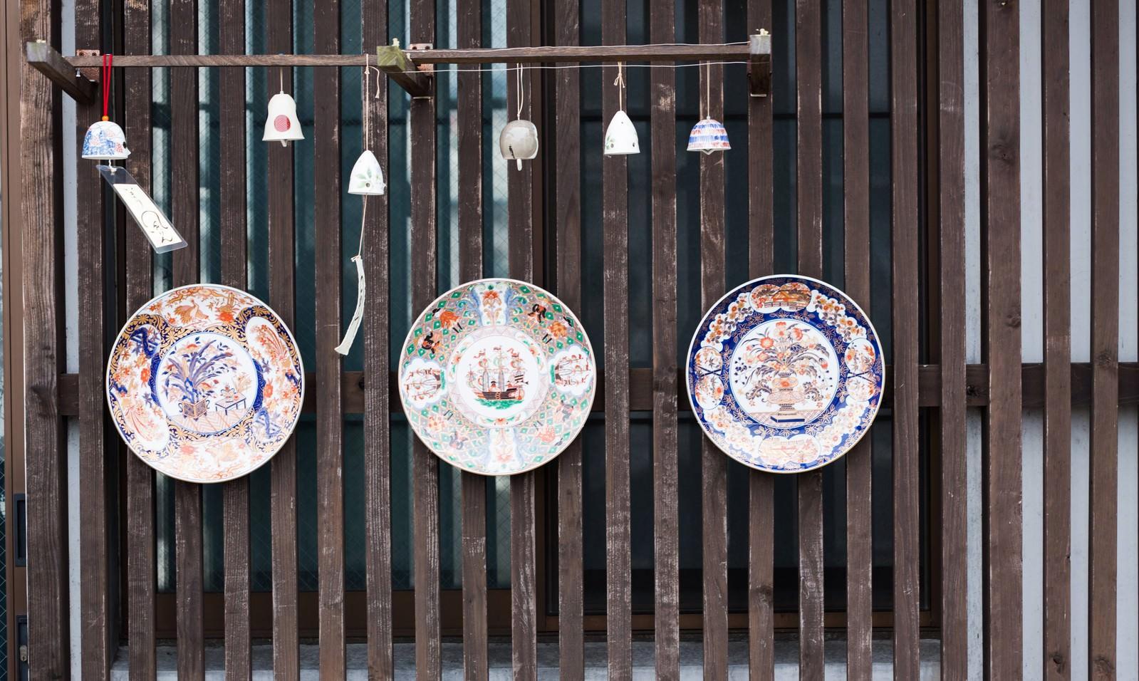 「海のシルクロード館の前にある伊万里焼(皿)海のシルクロード館の前にある伊万里焼(皿)」のフリー写真素材を拡大