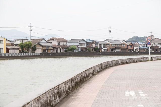 伊万里川と住宅街の写真