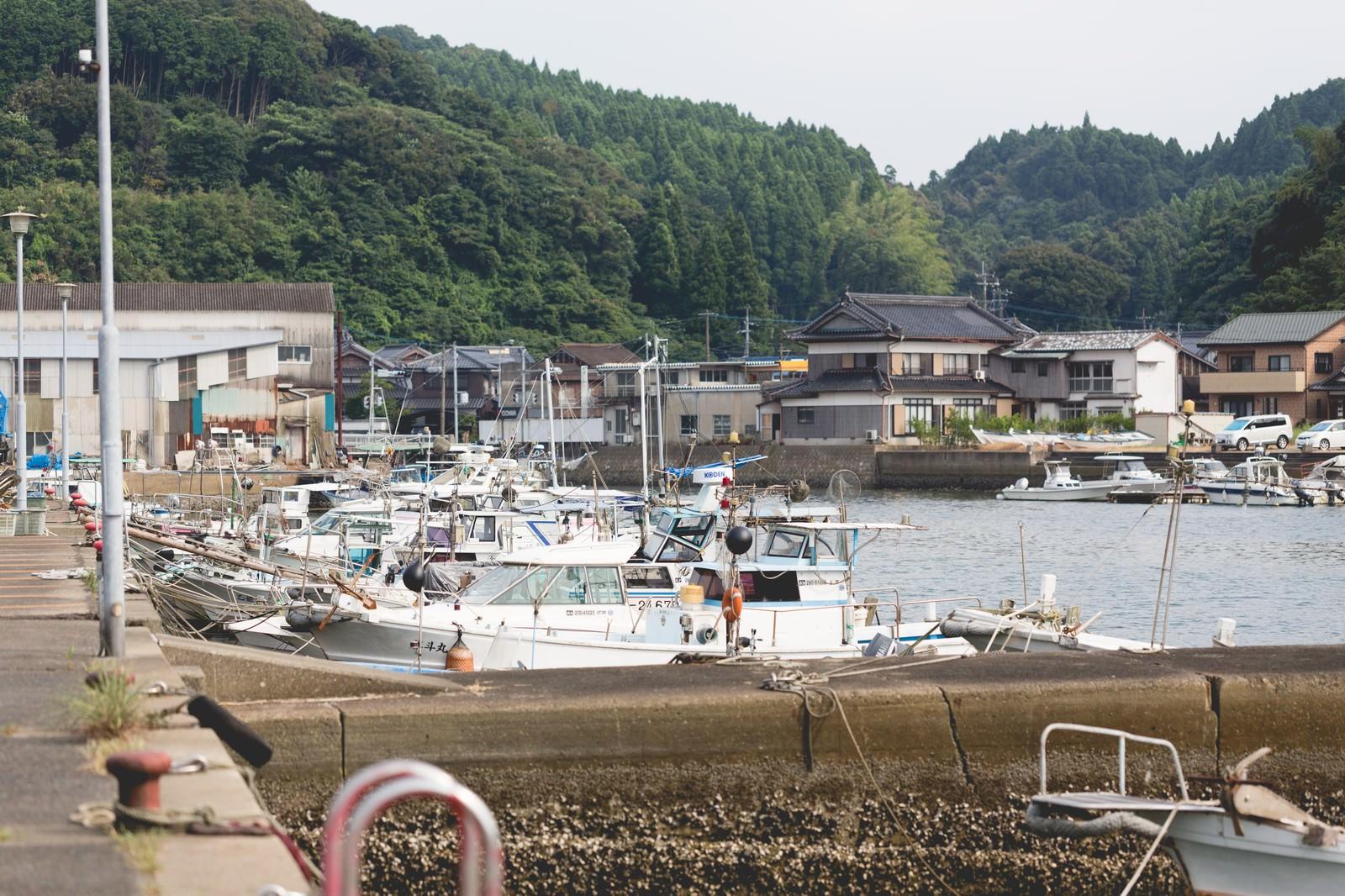 「佐賀県伊万里市の波多津港と漁船」の写真