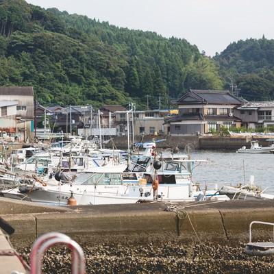 「佐賀県伊万里市の波多津港と漁船」の写真素材