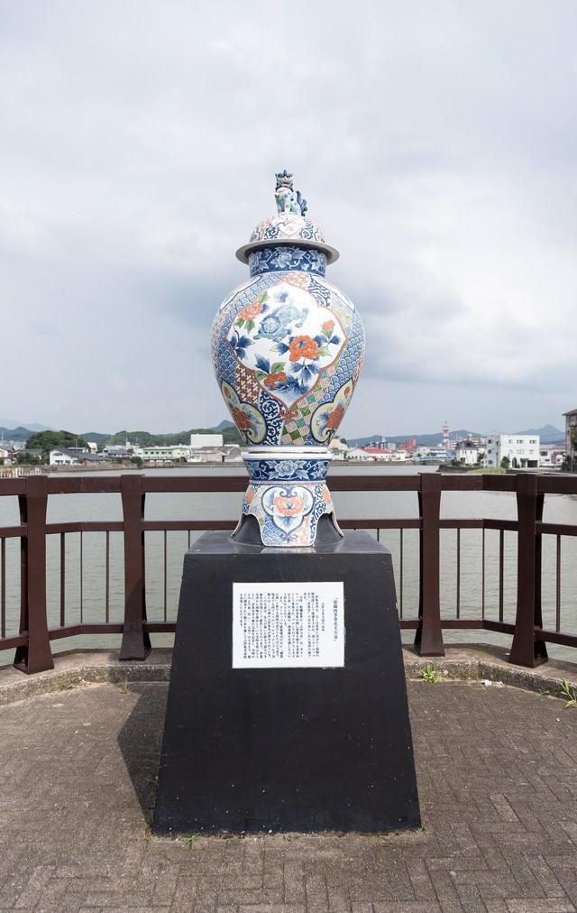 染錦四季草花文大壺(そめにしき しきくさばなもんおおつぼ)の写真