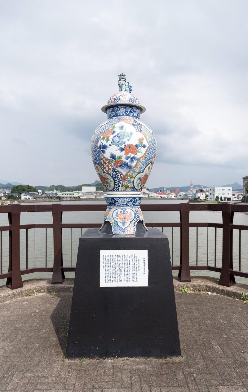 「染錦四季草花文大壺(そめにしき しきくさばなもんおおつぼ)」の写真
