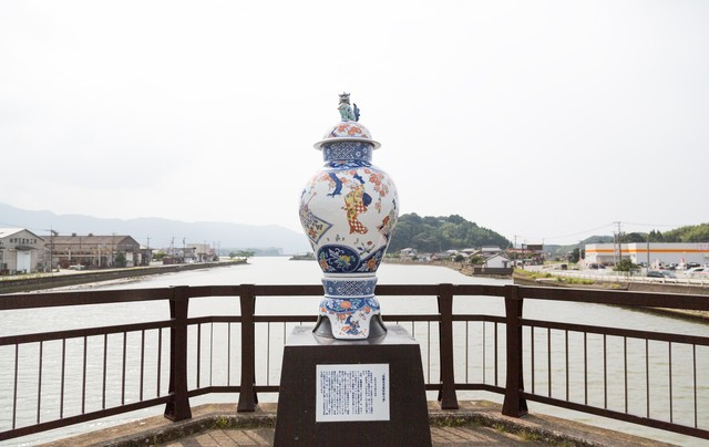 伊万里川を眺める古伊万里大壺の写真