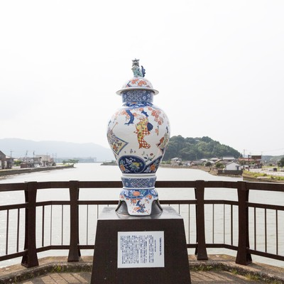 「伊万里川を眺める古伊万里大壺」の写真素材