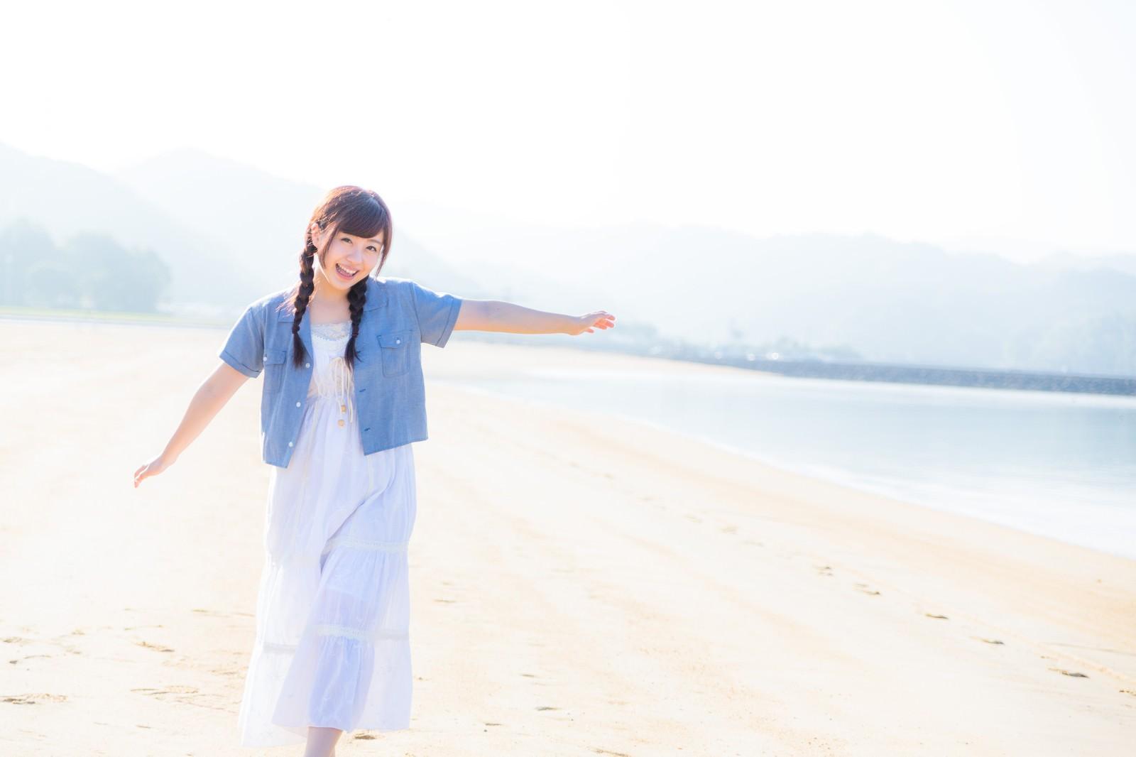「イマリンビーチと元気な女性 | 写真の無料素材・フリー素材 - ぱくたそ」の写真[モデル:河村友歌]