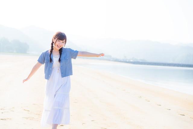 イマリンビーチと元気な女性の写真