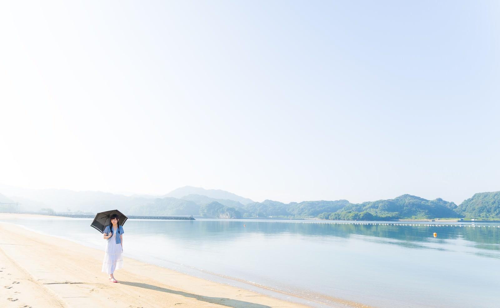 「穏やかなイマリンビーチを歩く日傘女子」の写真[モデル:河村友歌]